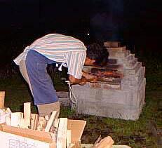石窯でピッツァを焼く