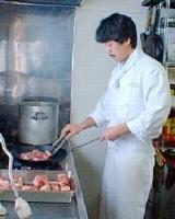料理をするオーナー